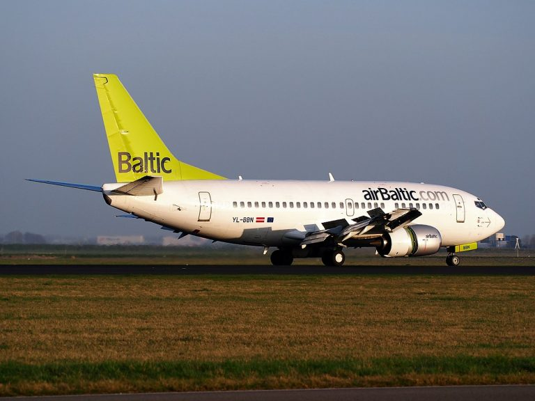 1199px-YL-BBN_Air_Baltic_Boeing_737-522_-_cn_26683,_landing_at_AMS_Amsterdam_(Schiphol),_pic5